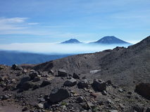 Άποψη του tolhuaca και των lonquimay αιχμών ηφαιστείων από την οροσειρά Νεβάδα στη Χιλή Στοκ Εικόνα