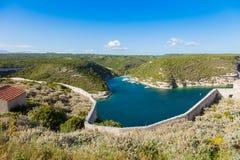 Άποψη των άγριων βράχων απότομων βράχων ακτών Bonifacio, νησί της Κορσικής, Γαλλία Στοκ Εικόνες