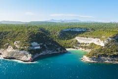 Άποψη των άγριων βράχων απότομων βράχων ακτών Bonifacio, νησί της Κορσικής, Γαλλία Στοκ εικόνα με δικαίωμα ελεύθερης χρήσης