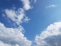 Άποψη των άσπρων αυξομειούμενων σύννεφων τη σαφή ημέρα με το υπόβαθρο μπλε ουρανού Στοκ Εικόνες