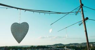 Άποψη των άσπρων καρδιών μετάλλων που διακοσμούν τη στέγη όμορφη όψη Κανένας άνθρωπος Σύνθεση ντεκόρ 4k μήκος σε πόδηα φιλμ μικρού μήκους