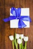 Άποψη των άσπρων λουλουδιών και των μπλε δώρων στοκ εικόνα με δικαίωμα ελεύθερης χρήσης