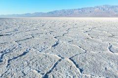Άποψη των αλατισμένων επιπέδων λεκανών ` s, εθνικό πάρκο κοιλάδων θανάτου, κοιλάδα θανάτου, κομητεία Inyo, Καλιφόρνια, Ηνωμένες Π Στοκ Φωτογραφίες