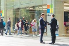 Άποψη των ανθρώπων που επισκέπτονται το κατάστημα ναυαρχίδων της Microsoft στο Σίδνεϊ Στοκ Εικόνα