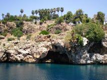 Άποψη των απότομων βράχων βουνών με το grotto της πόλης Antalya στοκ φωτογραφία με δικαίωμα ελεύθερης χρήσης