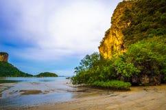 Άποψη των απότομων βράχων και ενός κόλπου στην Ταϊλάνδη Στοκ Εικόνα