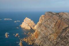 Άποψη των απότομων βράχων κινδύνου σε Cabo Penas, Ισπανία Στοκ φωτογραφία με δικαίωμα ελεύθερης χρήσης