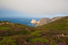 Άποψη των απότομων βράχων κινδύνου σε Cabo Penas, Ισπανία Στοκ Εικόνες