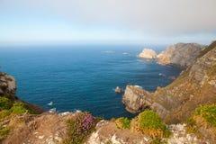 Άποψη των απότομων βράχων κινδύνου σε Cabo Penas, Ισπανία Στοκ Φωτογραφίες