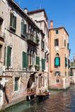 Άποψη των αρχαίων σπιτιών από το κανάλι, Βενετία, Ιταλία Στοκ Εικόνες