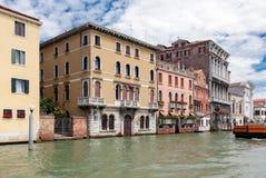Άποψη των αρχαίων σπιτιών από το κανάλι, Βενετία, Ιταλία Στοκ εικόνα με δικαίωμα ελεύθερης χρήσης