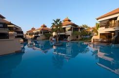 Άποψη των βιλών και των ομάδων του ξενοδοχείου Anantara Ντουμπάι το θέρετρο φοινικών Στοκ Εικόνα