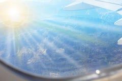 Άποψη των βουνών από ένα παράθυρο αεροπλάνων Στοκ Φωτογραφίες