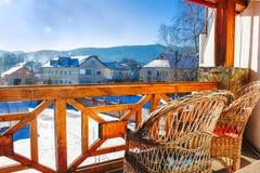 Άποψη των βουνών από το θερμό μπαλκόνι στοκ εικόνες με δικαίωμα ελεύθερης χρήσης