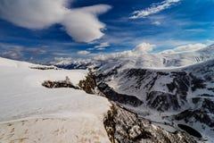 Άποψη των βουνών κάτω από το χιόνι από τη γέφυρα παρατήρησης, της Γεωργίας στρατιωτικός δρόμος Γεωργία στοκ εικόνες με δικαίωμα ελεύθερης χρήσης