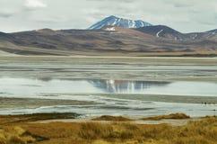 Άποψη των βουνών και της αλατισμένης λίμνης Aguas calientes στο πέρασμα Sico Στοκ φωτογραφίες με δικαίωμα ελεύθερης χρήσης
