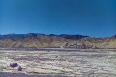 Άποψη των βουνών και του ξηρού ποταμού στοκ εικόνες
