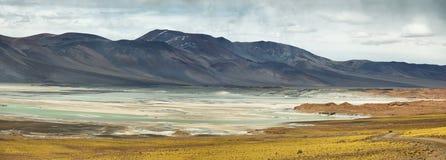 Άποψη των βουνών και Aguas calientes ή της αλατισμένης λίμνης Piedras rojas στο πέρασμα Sico Στοκ φωτογραφία με δικαίωμα ελεύθερης χρήσης