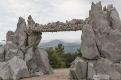 Άποψη των βουνών μέσω της πύλης του ήλιου, Pyatigorsk, Ρωσία Στοκ εικόνα με δικαίωμα ελεύθερης χρήσης