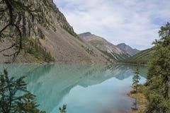 Άποψη των βουνών με την αντανάκλαση στην μπλε λίμνη Στοκ Εικόνες