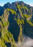 Άποψη των βουνών στη διαδρομή Pico Areeiro - Pico Ruivo, νησί της Μαδέρας, Πορτογαλία, Ευρώπη Στοκ Εικόνες