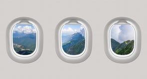 Άποψη των βουνών στη Ρωσία από τα παράθυρα αεροπλάνων Στοκ εικόνες με δικαίωμα ελεύθερης χρήσης