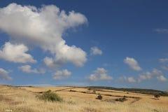 Άποψη των βουνών της Κύπρου και του όμορφου ηλιόλουστου ουρανού με τα σύννεφα Στοκ Εικόνες