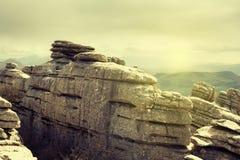 Άποψη των βράχων καρστ με τα καλλιεργήσιμα εδάφη στο υπόβαθρο EL Torcal, Antequera, Ισπανία Στοκ φωτογραφία με δικαίωμα ελεύθερης χρήσης