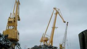Άποψη των γερανών στο ναυπηγείο απορρίματος