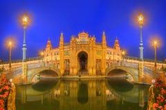 Άποψη των γεφυρών και των φω'των στην πλατεία της Ισπανίας στο βράδυ, ορόσημο στο ύφος αναγέννησης αναγέννησης, Σεβίλη, Ανδαλουσί Στοκ Εικόνα
