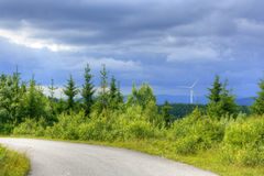 Άποψη των εγκαταστάσεων αιολικής ενέργειας στα βουνά Στοκ Εικόνα