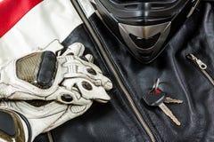 Άποψη των εξαρτημάτων αναβατών μοτοσικλετών που τοποθετούνται στην αγροτική ξύλινη ετικέττα Στοκ Φωτογραφία