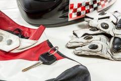 Άποψη των εξαρτημάτων αναβατών μοτοσικλετών που τοποθετούνται στο άσπρο ξύλινο tabl Στοκ Εικόνα