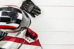 Άποψη των εξαρτημάτων αναβατών μοτοσικλετών που τοποθετούνται στο άσπρο ξύλινο tabl Στοκ Φωτογραφίες