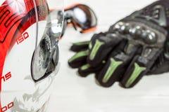 Άποψη των εξαρτημάτων αναβατών μοτοσικλετών που τοποθετούνται στο άσπρο ξύλινο tabl Στοκ Εικόνες