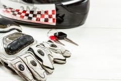 Άποψη των εξαρτημάτων αναβατών μοτοσικλετών που τοποθετούνται στο άσπρο ξύλινο tabl Στοκ φωτογραφία με δικαίωμα ελεύθερης χρήσης
