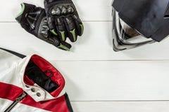 Άποψη των εξαρτημάτων αναβατών μοτοσικλετών που τοποθετούνται στο άσπρο ξύλινο tabl Στοκ Φωτογραφία
