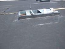 Άποψη των επισκευών υλικού κατασκευής σκεπής  Συγκράτηση εναλλασσόμενου ρεύματος στην εμπορική επίπεδη στέγη EPDM στοκ εικόνα