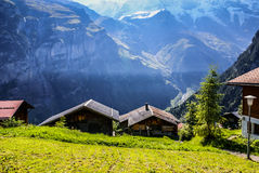 Άποψη των ελβετικών ορών: Όμορφο χωριό Gimmelwald, κεντρικό Sw Στοκ Φωτογραφίες