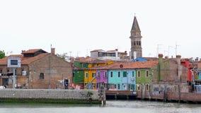 Άποψη των ζωηρόχρωμων κτηρίων στο νησί Burano από την πλευρά του σκάφους σε σε αργή κίνηση απόθεμα βίντεο