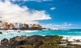 Άποψη των ζωηρόχρωμων σπιτιών Punta Brava από την παραλία Jardin Puerto de Λα Cruz, Tenerife, Κανάρια νησιά, Ισπανία Στοκ Εικόνες