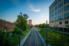 Άποψη των διαδρομών σιδηροδρόμου στο ηλιοβασίλεμα, στο Σαρλόττα, βόρεια Καρολίνα Στοκ Φωτογραφία