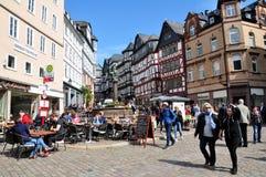 Άποψη των ιστορικών κτηρίων, πλήρης των ανθρώπων στην υπαίθρια θάλασσα καφέδων Στοκ εικόνες με δικαίωμα ελεύθερης χρήσης