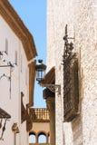 Άποψη των καγκέλων επεξεργασμένος-σιδήρου και του φωτεινού σηματοδότη, Sitges, Βαρκελώνη, Catalunya, Ισπανία κάθετος στοκ εικόνες
