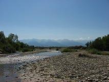 Άποψη των Καρπάθιων βουνών πέρα από έναν μικρό δύσκολο ποταμό Στοκ εικόνα με δικαίωμα ελεύθερης χρήσης