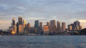 Άποψη των κτηρίων στην πόλη του Σίδνεϊ κατά τη διάρκεια του χρόνου ηλιοβασιλέματος το famo στοκ φωτογραφία
