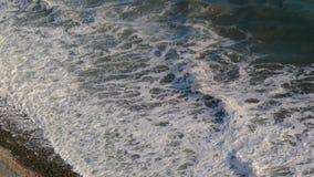 Άποψη των κυμάτων άνωθεν, φθινόπωρο, θυελλώδης καιρός, ακτή πετρών απόθεμα βίντεο