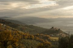 Άποψη των λόφων και του Castle Campello Alto στο Umbrian Apennines στην Ιταλία στοκ φωτογραφία με δικαίωμα ελεύθερης χρήσης