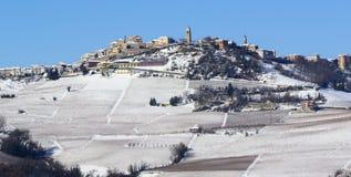 Άποψη των λόφων Langhe με το χιόνι και το χωριό του Λα Morra Piedm Στοκ φωτογραφία με δικαίωμα ελεύθερης χρήσης