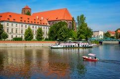 Άποψη των μεγάλων και μικρών τουριστικών βαρκών στον ποταμό Odra Στοκ Εικόνες